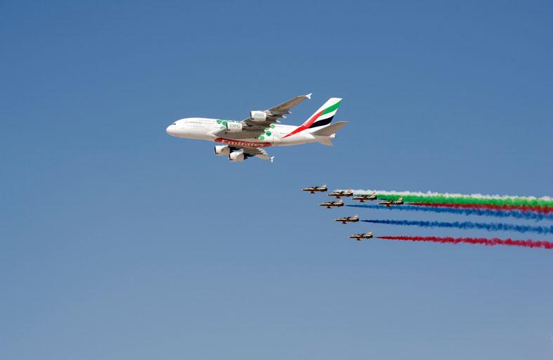محمد بن راشد ومحمد بن زايد يشهدان عرضا جويا في معرض دبي الدولي للطيران