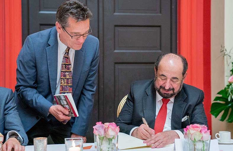 سلطان القاسمي يلتقي عددا من الناشرين والأدباء المشاركين في معرض فرانكفورت للكتاب