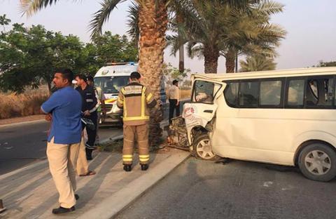 إصابة 12 عاملا آسيويا في حادث صدم حافلتهم لنخلة