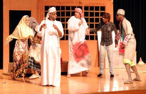 فريق كلنا خليفة يقدم على مسرح ابوظبي في كاسر الامواج مسرحية طوي عتيج