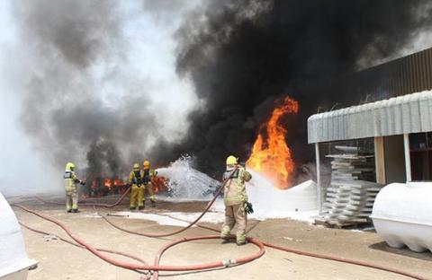 فرق الدفاع المدني بعجمان تسيطر على حريق مصنع الفيبر جلاس