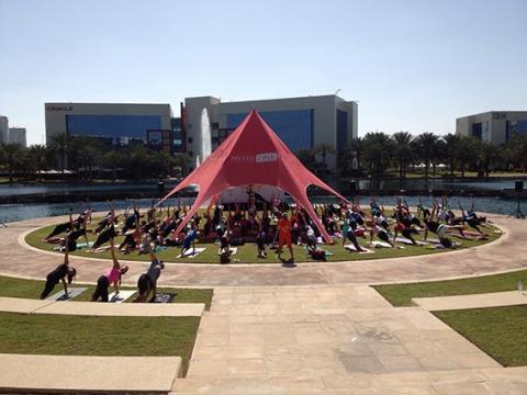 أكبر مهرجان لليوغا في دبي يستقطب 2500 شخصاً