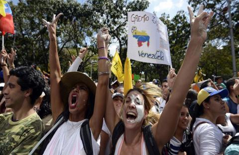 الموالاة والمعارضة بفنزويلا يتظاهرون للسلام