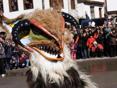 الأطفال يبتكرون ويمنحون احتفالاً باليوم الوطني لبلغاريا في كورب أكزيكتيف-البرشاء