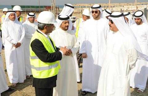 حاكم أم القيوين يتفقد مشروع مركز الشيخ خليفة بن زايد للأبحاث البحرية