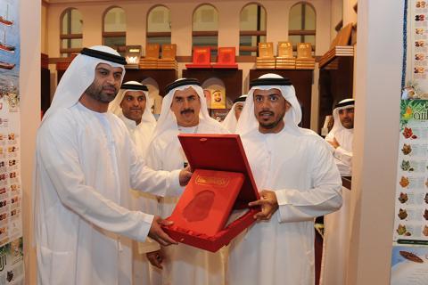 جناح نادي تراث الإمارات في معرض أبو ظبي للكتاب يجمع الثقافة والتراث