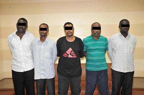 شرطة عجمان تلقي القبض على خمسة أشخاص بتهمة سرقة عملاء البنوك