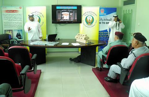 مكافحة مخدرات دبي تنقل حملتها التوعوية لمرتب الدفاع المدني بدبي