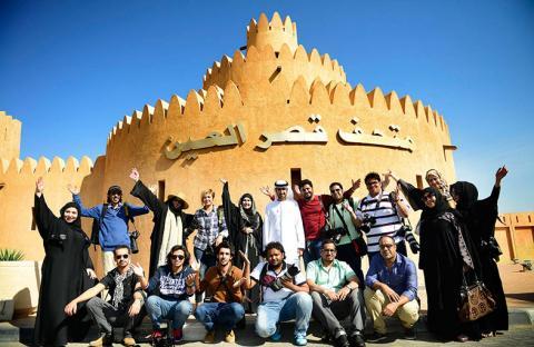 فنانون سعوديون يزورون مدينة مصدر ومتحف قصر العين