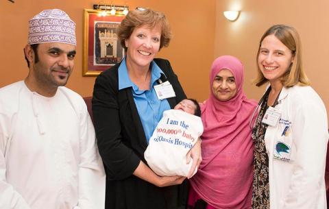 بعد أكثر من نصف قرن على إنشائها مستشفى .. الواحة بالعين تحتفل بالمولود الواحد بعد المائة ألف