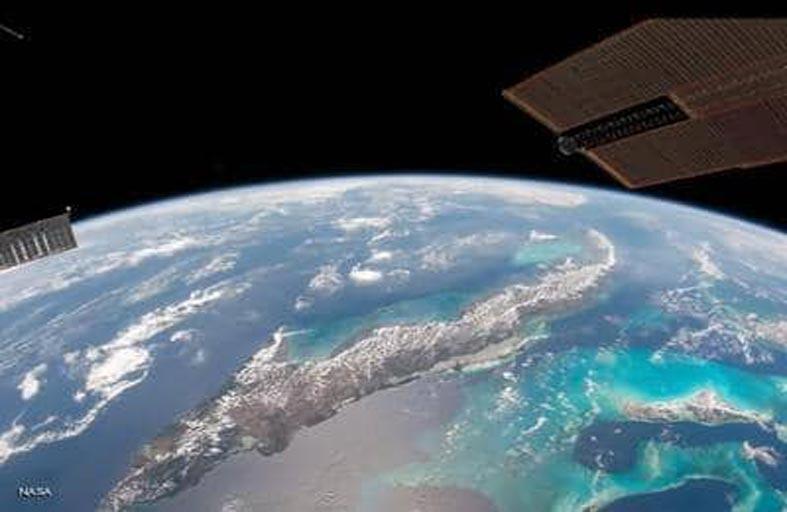 أحدث صيحة في الفضاء.. أقمار خشبية تحلق قريبا