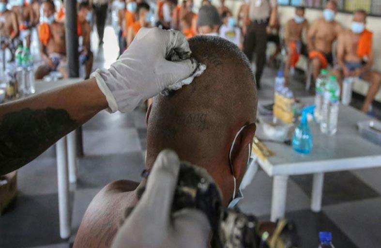 تغطية أوشام المساجين لاحتواء العنف