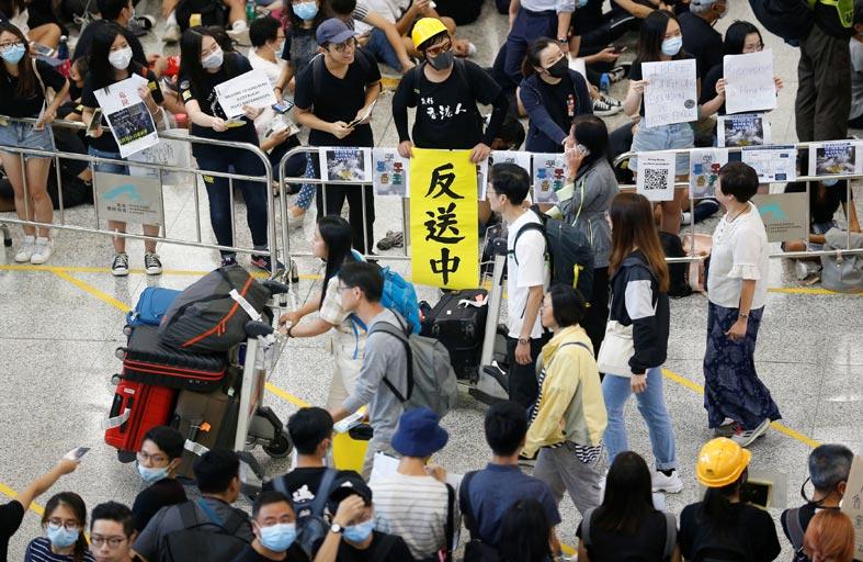 مئات المتظاهرين في مطار هونغ كونغ لاستقبال الزائرين