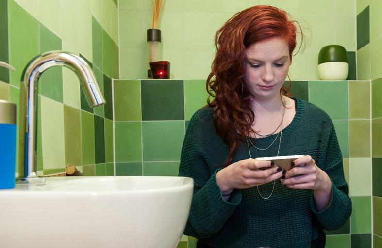استعمال الهاتف بالحمام يهددك بالبواسير وبكتيريا البراز