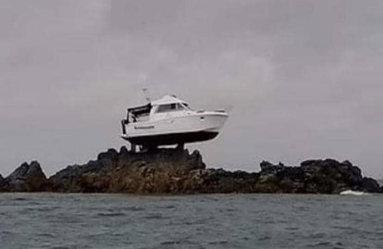 القارب فوق الصخرة.. صورة مذهلة حيرت الملايين