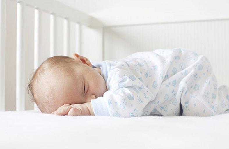 فوائد نوم الرضيع على بطنه .. تعرف عليها