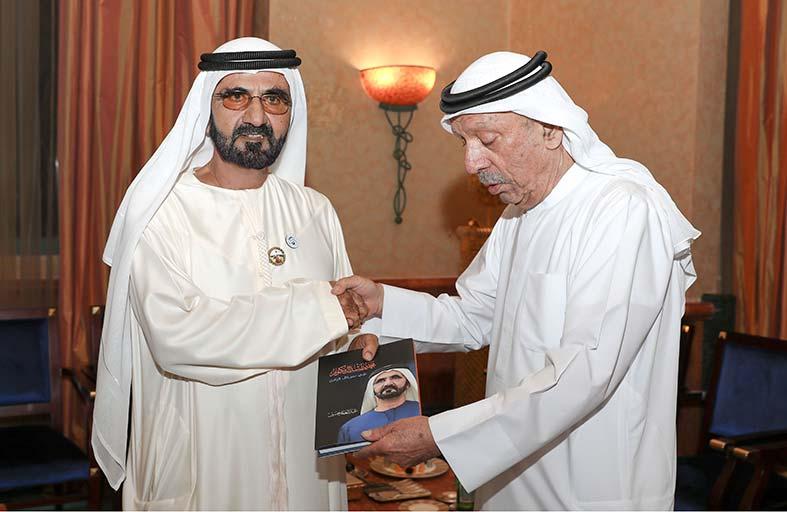 نائب رئيس الدولة يتسلم نسخة من كتاب «محمد بن راشد في سباق مع الزمن»