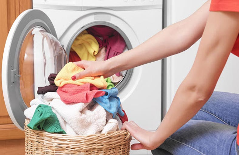 طرق وخلطات فعَّالة في إزالة البقع من الملابس
