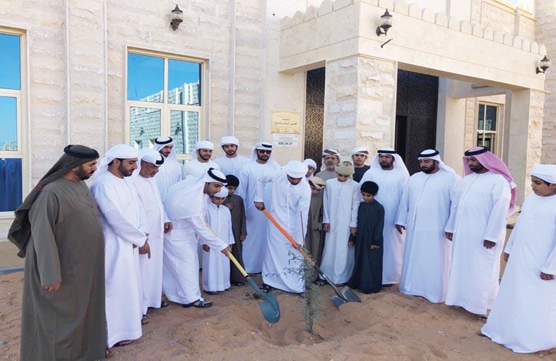قبيلة الساعدي تزرع شجرة الغاف أمام مسجد أهل التسامح بالعين