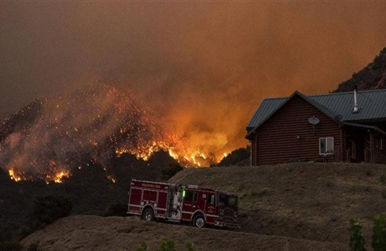حريق ضخم يجبر الآلاف على ترك منازلهم