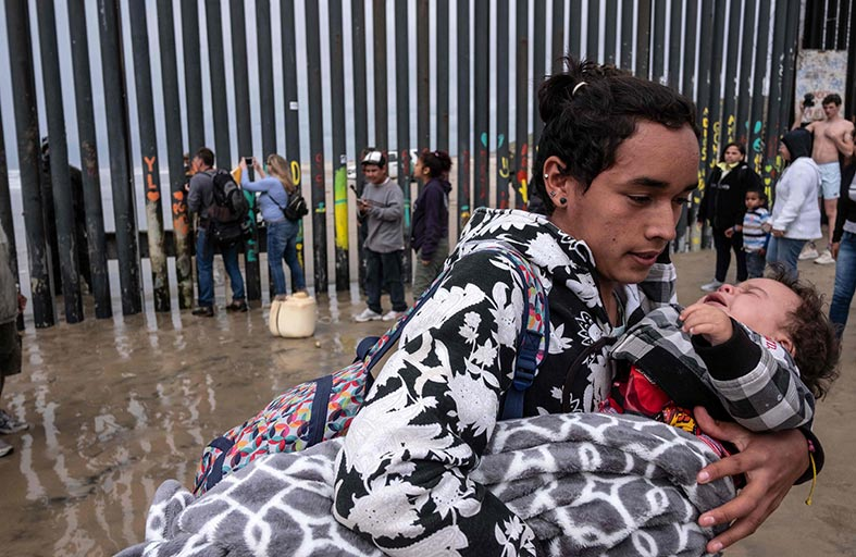 دوريات أمريكية تطلق الغاز المدمع على مهاجرين