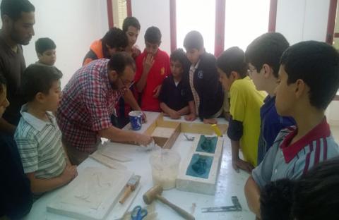 50 طالباً في ورشة للأعمال الجبسية بملتقى الحمرية الربيعي
