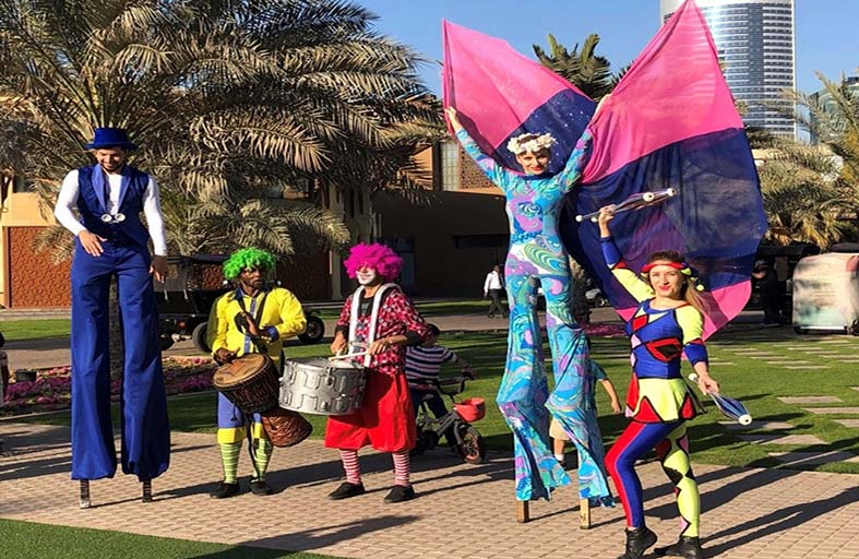 عروض بهلوانية وفنية وألعاب خفة في واجهة المجاز المائية خلال عيد الفطر