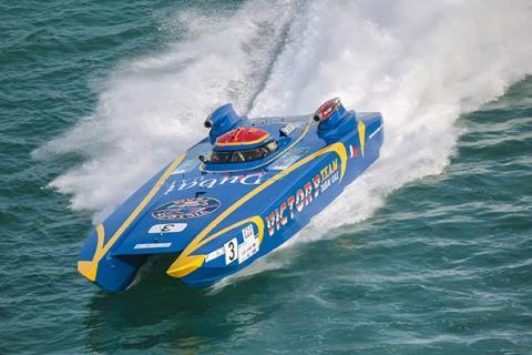 القارب طوفان يفوز بسباق أبوظبي للقوارب الشراعية 43 قدماً