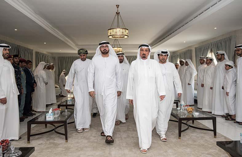 حاكم عجمان يقدم واجب العزاء في وفاة موزة بـنت علي الوري