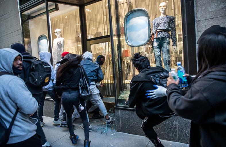 نيويورك تحت حظر تجول بعد تعرض متاجرها الفاخرة للنهب
