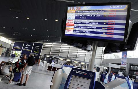 إضراب يلغي نصف الرحلات في فرنسا