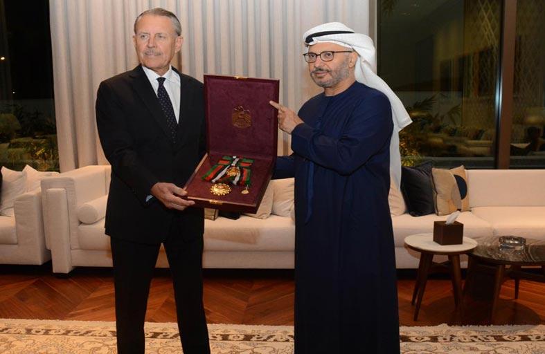 رئيس الدولة يمنح سفير الولايات المتحدة وسام زايد الثاني