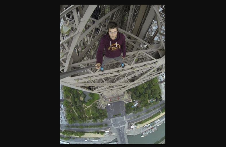مغامر يستعرض من برج إيفل