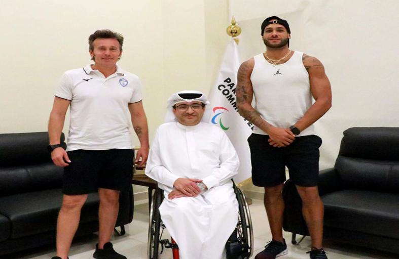 أسرع رجل في العالم يتدرب بمضمار نادي دبي لأصحاب الهمم