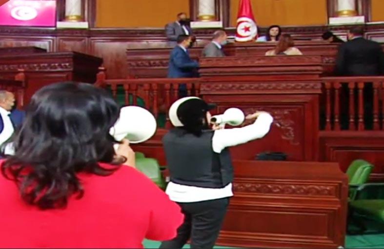 طردها نواب الدستوري الحر: وزيرة تتعرض لوعكة صحية