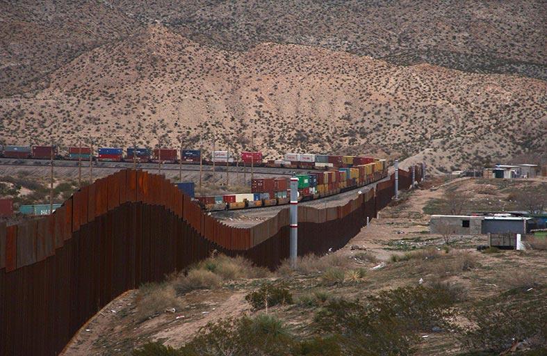 ترامب يدافع عن مشروعه بناء جدار حدودي