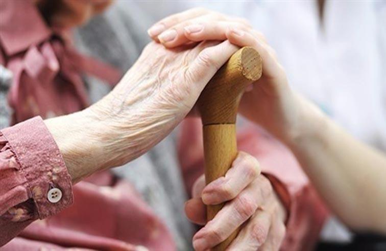 عبء رعاية المسنين قد يثير خلافات عائلية