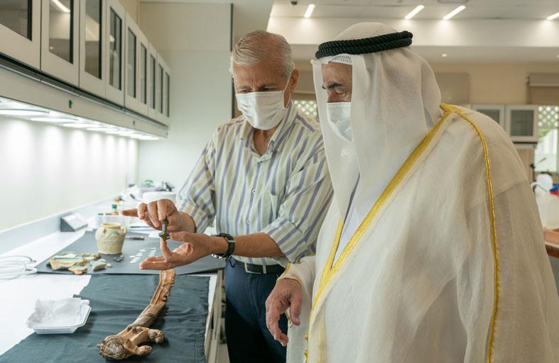 حاكم الشارقة يطلع على أحدث الاكتشافات الأثرية في هيئة الشارقة للآثار