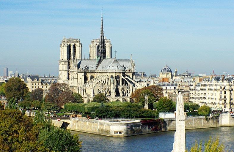 النواب الفرنسيون يتبنون قانون ترميم نوتردام