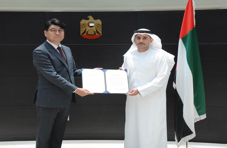 مدير مكتب وزارة الخارجية والتعاون الدولي في دبي يتسلم البراءة القنصلية من قنصل كوريا