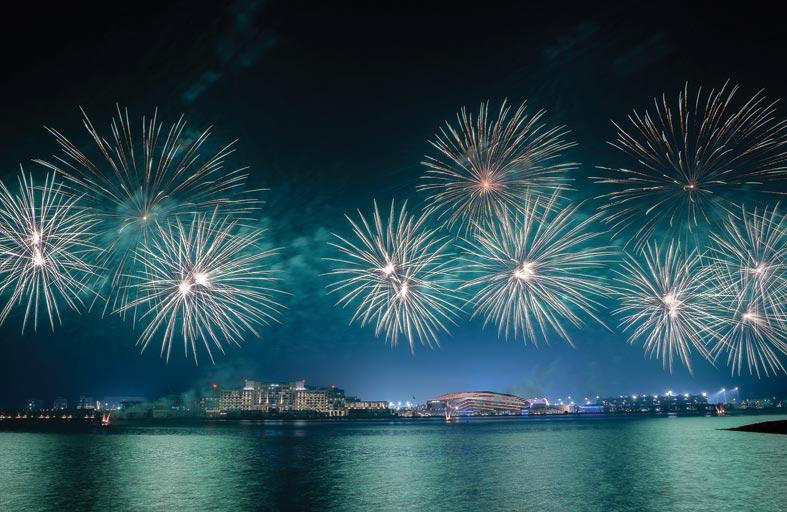 جزيرة ياس تضيء معالمها بألوان العلم السعودي مع عرض مميز للألعاب النارية