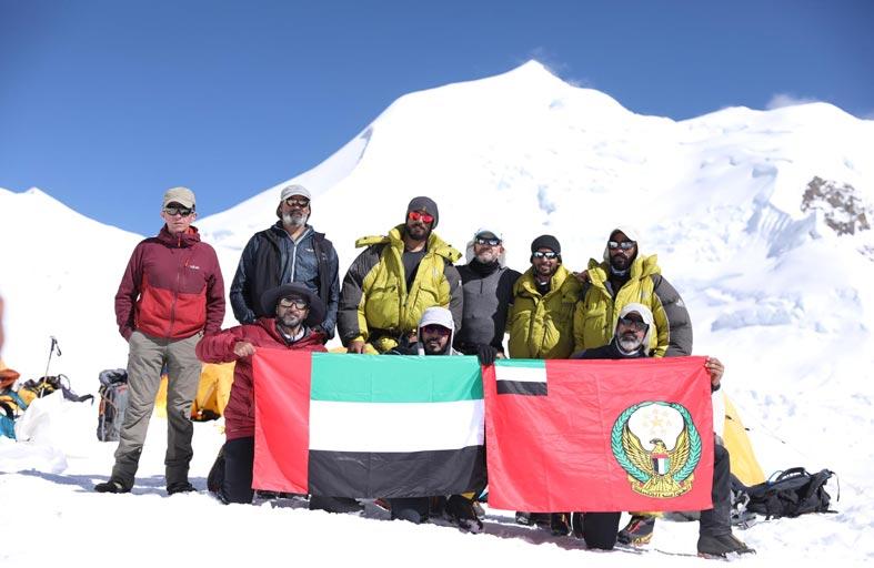 فريق من قواتنا المسلحة يتسلق قمة هيملونج هيمال بنيبال على ارتفاع  7126 مترا