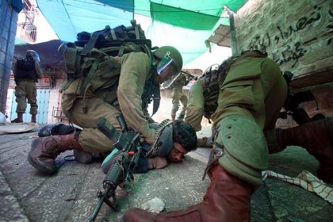 قذيفة إسرائيلية تصيب مزارعين في غزة .. الاحتلال يهاجم احتفالاً فلسطينياً مناوئاً للجدار