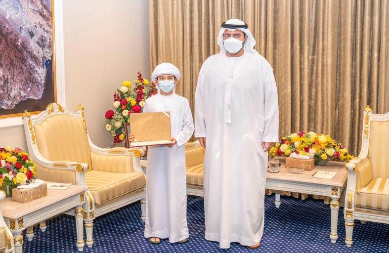 ولي عهد الفجيرة يكرم الطالب محمد آل علي الفائز بمسابقة يوسي ماس العالمية