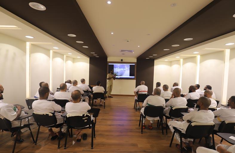 «إصلاحية دبي» تنظم دورات توعوية في القوانين والتشريعات المرورية