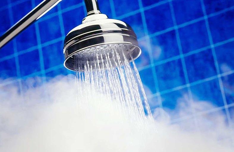 الاستحمام بالماء الساخن يؤذي بشرتك