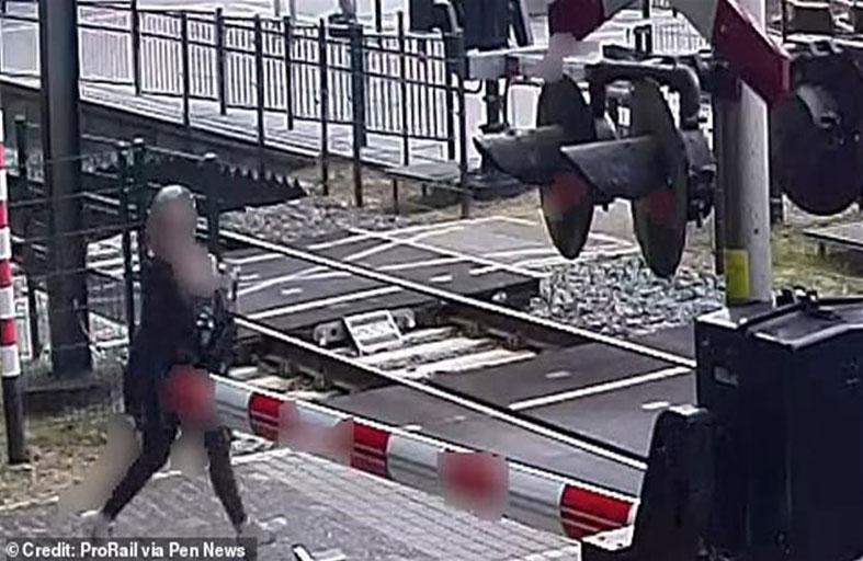 5 ثوان تنقذ حياة امرأة من قطار سريع