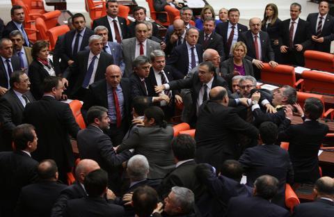 شجار عنيف في البرلمان التركي