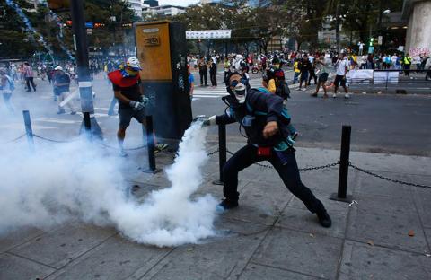 فنزويلا تصدر مذكرة توقيف بحق معارض