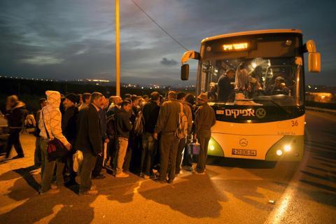 إحراق حافلتين تستخدمان للفصل العنصري ضد الفلسطينيين